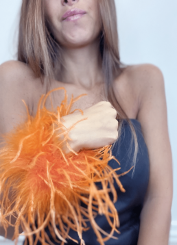 leslie-sulman-manchettes-plumes-slap-bracelet-orange